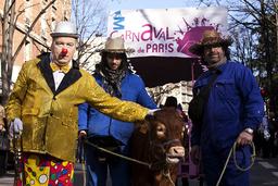 France. Paris (75). A clown with breeders and their calf at Paris carnival