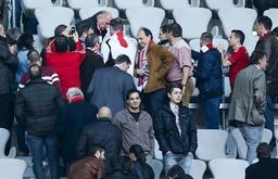 Uli HOENESS FCB mit Fans gibt Autogramme unterschreiben signieren Fanartikel unterschreibt FC