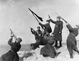 Sowjetsold. schiessen Salut a. d. Ostsee - WWII / Soviet salutes at the Baltic Sea -