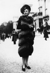 elegant gekleidete Dame / Foto 1937 - Elegantly dressed Lady / Photo 1937 -