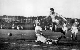 Arne Brustad scorer ett av sine fire mål mot Finland i 1938