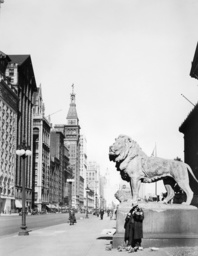 Lion statue in front of the Art Academy in Chicago, 1927