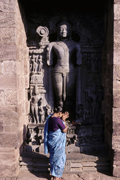 Konarak, Sonnentempel, Frau in Anbetung vor Surya / Foto - - Konarak, temple du Soleil, femme adorant la statue de Surya
