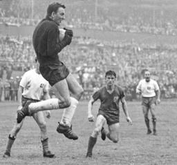 Pokal Halbfinale Wuppertaler SV Hamburger SV 08 08 1963 Horst Schnoor HSV vor Horst Arnric