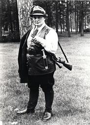 Hermann Göring mit Jagdausrüstung, Carinhall, 1937 / Foto - Hermann Göring with hunting gear, Carinhall / Photo, 1937. -