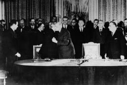 Unterzeichnung dt.franz.Vertrag 1963 - Signing of German-French Treaty / 1963 - Traité franco-allemand (Traité de l'Élysée) / Signature du t