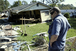 NORTH CAROLINA RESIDENTS BEGINS TO CLEAN UP AFTER HURRICANE ISABEL