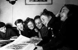 Kinder lesen Bilderbuch / Foto 1948 - Children reading book / Photo / 1948 -