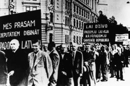 Anschluß Lettlands an d.UdSSR/Demo/Riga - Annexation of Latvia to the USSR / Riga - L'URSS annexe la Lettonie/ Manif. à Riga