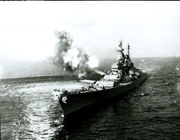Korea-Krieg, Schlachtschiff USS 'Missouri' feuert/ Foto 1950 - Korean War, battleship USS Missouri -