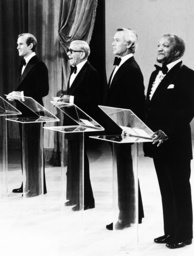 THE SMOTHERS BROTHERS SHOW, from left: Tom Smothers, George Burns, Johnny Carson, Redd Foxx, 1975.