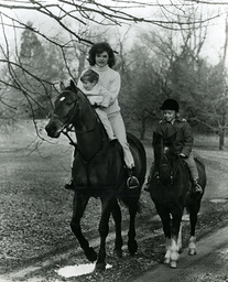 Jacqueline Kennedy und Kinder/Foto 1962 - Jacqueline Kennedy and children, riding -