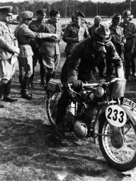 HJ-Motorradgeländefahrt 1936/am Start... - HJ Motorcycling Tour /Schirach.../ 1936 -