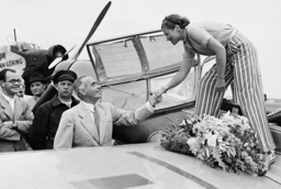 Elly Beinhorn is welcomed by Hans von Tschammer and Osten, 1939
