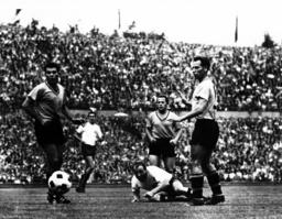 DFB-Pokal 1963, Endspiel: HSV - Borussia Dortmund 3:0, Uwe Seeler in Aktion