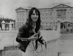 American Singer Alice Cooper Outside Buckingham Palace. Box 760 83005179 A.jpg.