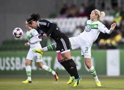 Zsanett JAKABFI r VfL streckt sich zum Ball gegen Peggy KUZNIK FFC Fussball Frauen international
