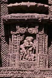 Konarak, Sonnentempel, Erotische Gruppe / Relief - - Konarak, temple du Soleil, adieux / Relief