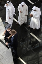 29 03 2014 Dubai UAE VEREINIGTE ARABISCHE EMIRATE Overview woman and man with hats and local m