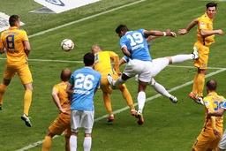Rubin Okotie 19 TSV 1860 München trifft zum 1 0 gegen Adam Matuschyk 8 und Saulo Decarli 3
