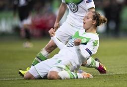 Jubel nach dem Tor zum 3 0 Torschuetzin Babett PETER VfL geht jubelnd auf die Knie Fussball Frau