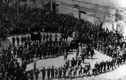 Demonstranten feiern die Republik, 1931. - Demonstrators Celebrate Republic, 1931. -