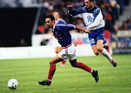 Youri Djorkaeff Frankreich schüttelt seinen isländischen Gegenspieler ab