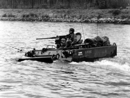 Danube crossing of US army during manoeuvre