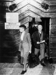 Ernst Frhr.v.Weizsäcker bei Entlassung - Ernst Frhr.v.Weizsäcker Released / Photo - Ernst von Weizsäcker sortant de prison