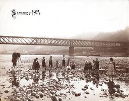 Fotograf im Rhein bei Niedrigwasser - Photographer in the Rhine -