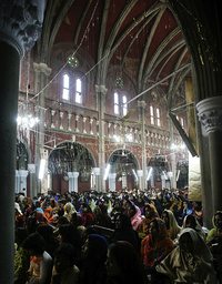 Pakistani Christians worshippers pray during Christmas mass at Cathedral Church in Lahore