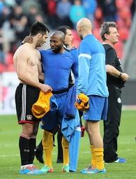 Emir Spahic Bayer Leverkusen nach dem Spiel im Gespräch mit Dominik Kumbela Eintracht Braunschwei