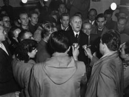 Adenauer besucht Flüchtlingslager - Adenauer visiting refugee camp / 1952 -