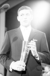Preisverleihung deutscher Sportler des Jahres in Baden-Baden: Preisträger Franz Keller mit der Trophäe