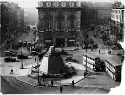 War Britain - London Scenes - Street Scenes - 1939 ... The Boarded-up Statue Of Eros And The Dig For Victory Banner Are The Only Signs Of War In This Picture Of Piccadilly Circus.