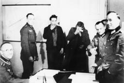 Polen/Wehrmachtssoldaten beim Verhör1939 - Poland/Wehrmacht soldiers interrogating. -