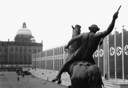 Vorbereitungen zum 1.Mai/Fahnenschmuck.. - Nazi flags in the Lustgarten/Berlin/1938 - Préparatifs du 1er mai / Drapeaux...