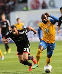 v l Oemer Toprak Bayer Leverkusen im Duell mit Dominik Kumbela Eintracht Braunschweig Bayer L