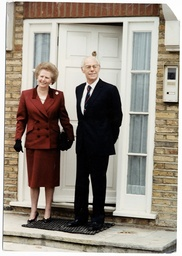 Baroness Thatcher Of Kesteven - Margaret Thatcher With Her Husband Denis Thatcher On The Step Of Their New Dulwich Home Which They Moved Into After Leaving No 10.