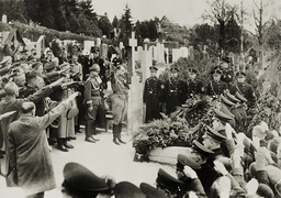 Heß auf dem Dornbacher Friedhof 1938 - Hess at the Dornbach cemetary / 1938 -