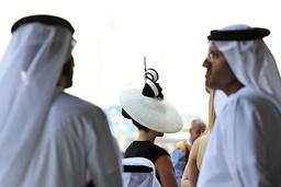 29 03 2014 Dubai UAE VEREINIGTE ARABISCHE EMIRATE Fashion woman with hat and local men at the