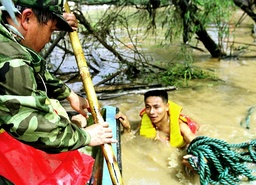A MAN STRUGGLES THROUGH FLOOD WATERS TO RESCUE PLA TROOP IN CHANGSHA