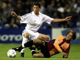 ROMA'S ARGENTINE BATISTUTA IS TACKLED BY REAL MADRID'S PAVON DURING THEIR CHAMPIONS LEAGUE SOCCER MATCH IN MADRID