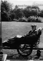 Bernard Shaw im Rollstuhl, Foto 1950. - Bernhard Shaw in wheelchair / Photo 1950 -