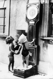Mädchen an einer Personenwaage 1937 - Girls at Public Mass Balance / 1937 -