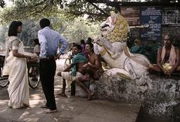 Bhubaneswar, Lingaraja-Tempel, Hindus am Eingang - -