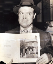 Bob Hope - Actor - Comedian Hollywood Comedian Bob Hope (leslie Townes Hope) With A Book Showing The House Where He Was Born In Eltham Se London May 26 1904. Pkt2883 - 198589.