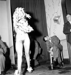 Stripperin in US-Offizierskasino /Foto - Stripper at US-Officers'Club / Photo -
