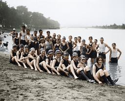 Jugendliche am Badestrand, USA / Foto - Youths at the beach, USA / Photo -