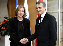 Israel's Foreign Minister Tzipi Livni shakes hands with her Norwegian counterpart Jonas Gahr Store